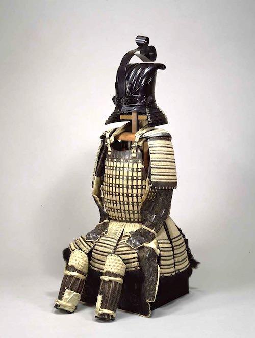 戦国時代の兜『白糸威二枚胴具足(しらいとおどしにまいどうぐそく)』