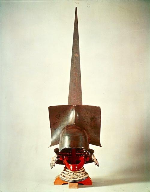 徳川家康所用の兜『黒漆塗一の谷形大釘後立兜(くろうるしぬりいちのたになりおおくぎうしろだてかぶと)』