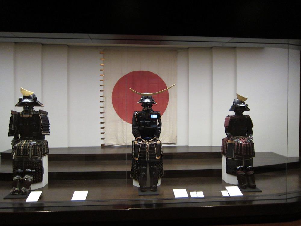仙台市博物館に展示されている政宗の鎧と兜(中央)(拡大画像)