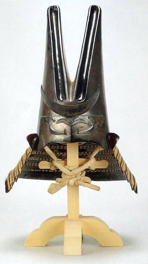 上杉謙信所用の兜『銀箔押張懸兎耳形兜(ぎんぱくおしはりがけうさぎみみなりかぶと)』