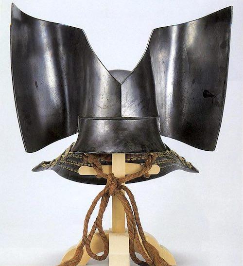 上杉謙信所用の兜『鉄三枚張峯界形張懸兜(てつさんまいばりほうかいなりはりかけかぶと)』