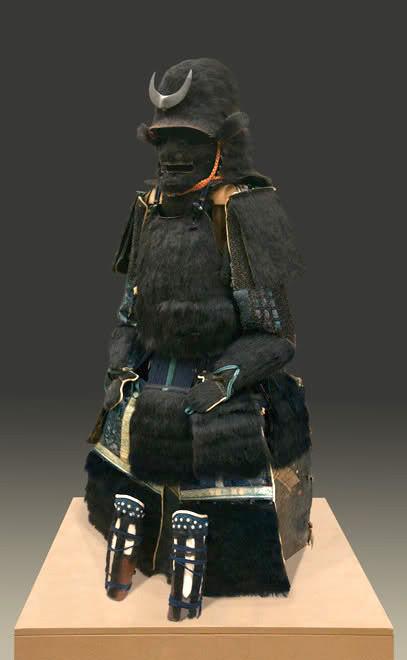 片桐且元所用の兜といわれる『総黒熊毛植兜(そうくろくまげうえかぶと)』