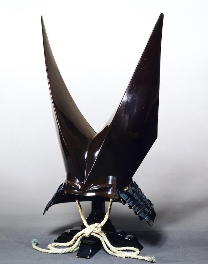 南部利直所用の兜『黒漆塗燕尾形兜(くろうるしぬりえんびなりかぶと)』の拡大画像