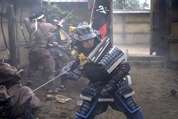 侍大将を探し回る長谷川博己演じる明智光秀(『麒麟がくる』より)